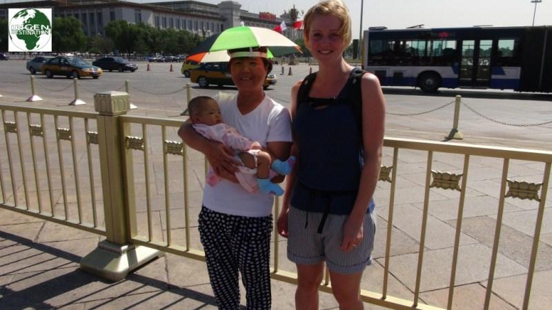 """Vi havde hørt, at mange Kinesere aldrig har set """"hvide"""" mennesker før, og derfor gerne vil have taget billeder med deres børn og de """"hvide"""" - nu har vi så osse prøvet det, og det virker lidt underligt..."""