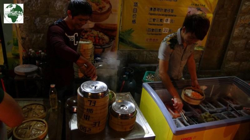 Frisk dampede grøntsager, ris og kød fra gadekøkken