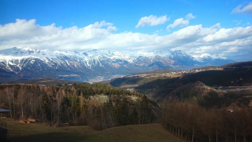 Innsbruck, Mutters og det betagende bjergterræn som omkranser hele området.