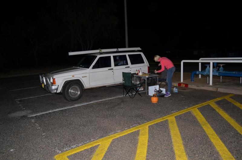 Aftensmaden bliver forberedt på en p-plads lidt udenfor Alice Springs.