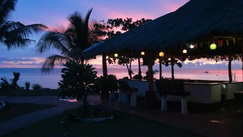 Vi nåede lige at få dfen dejlige solnedgang med, inden vi forlod Apo Reef club igen.