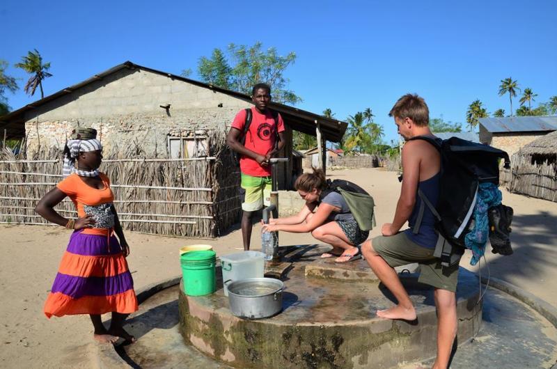 Vores guide og Paula sørger for vand til os