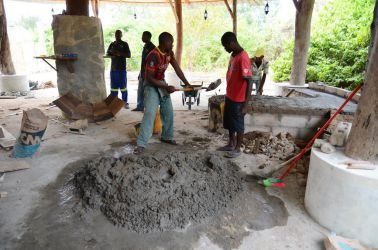 Blanding af cement foregår på gulvet