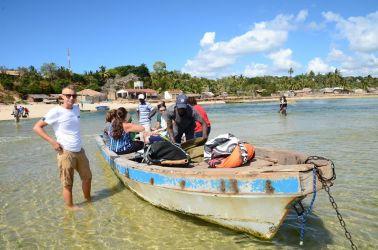 """Båden der senere fik problemer med motoren, og gav os det gratis ophold. Bagved ses det de lokale expats kalder for """"the poop beach"""". Gæt selv hvorfor.."""