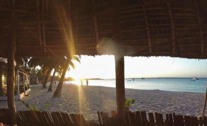 Nyder den sidste sol fra en bar på Wimbe beach