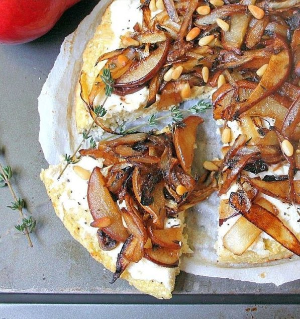 cauliflower pizza with caramelized onion and pear_blog