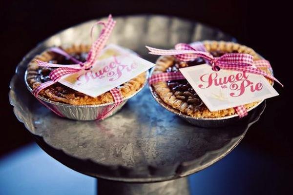 Những chiếc bánh táo xinh xắn nổi bật trong bữa tiệc với vẻ ngọt ngào và đáng yêu.