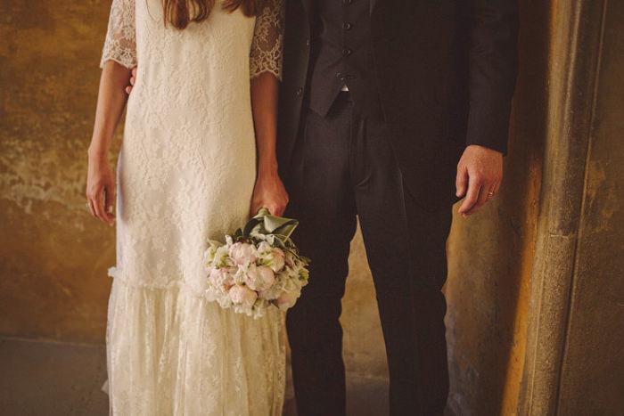 Bộ váy cưới đuôi cá đơn giản mà tinh tế, đem lại vẻ đẹp nhẹ nhàng cho cô dâu.