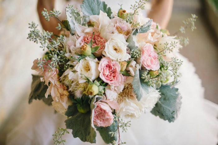 Bó hoa cầm tay của cô dâu với những gam màu hài hòa và lãng mạn.