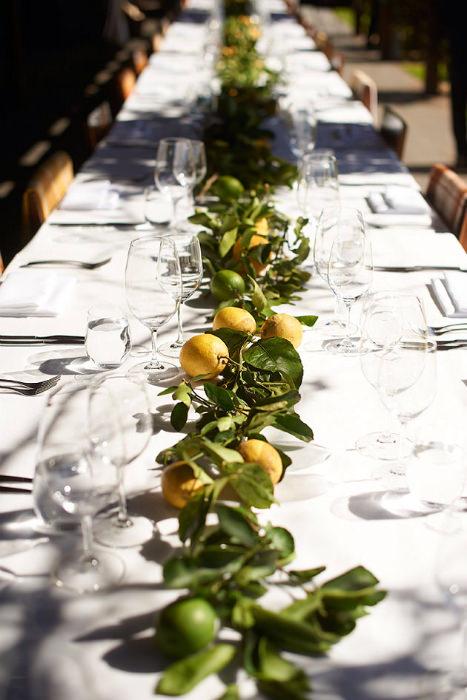 Bàn tiệc dài được tô điểm bởi những quả chanh vàng và xanh.