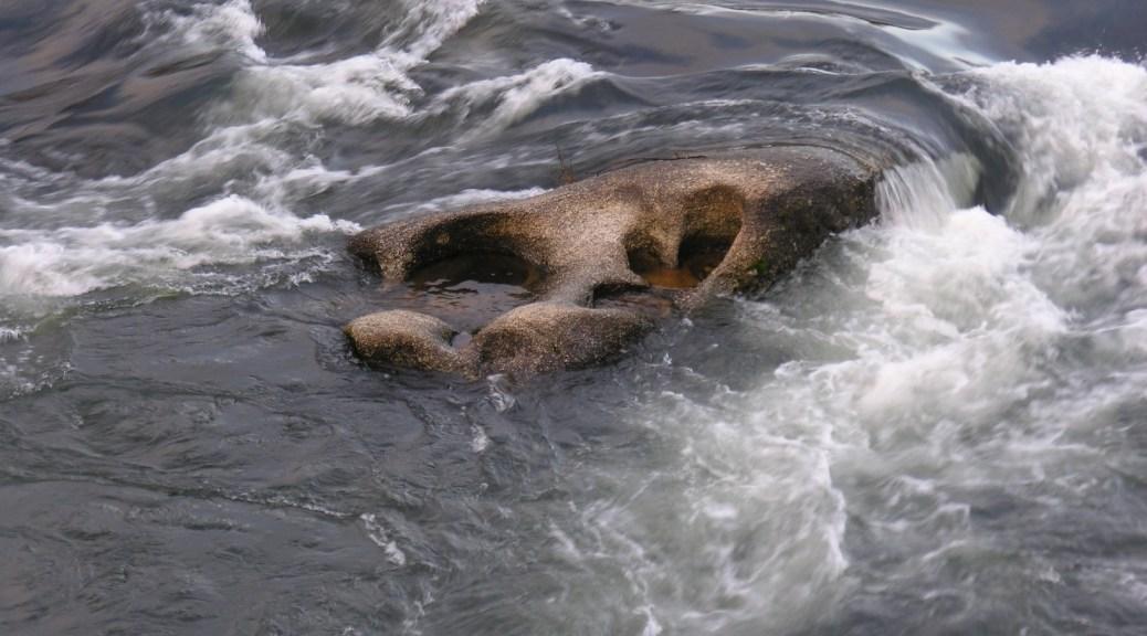 Agua fluyendo sobre roca