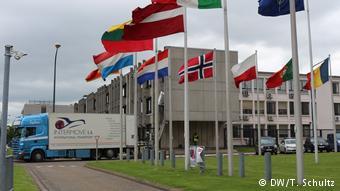 Το ΝΑΤΟ διατηρεί πυρηνικές κεφαλές στην Ευρώπη Με σύνθημα «20 εβδομάδες για 20 πυρηνικές κεφαλές» ειρηνιστικές οργανώσεις έχουν προγραμματίσει μία σειρά κινητοποιήσεων στο Μπίχελ της Γερμανίας, με σκοπό να διαδηλώσουν την αντίθεσή τους στη διατήρηση του πυρηνικού οπλοστασίου. Ωστόσο ο Καρλ Χάιντς Καμπ, διευθυντής της Ακαδημίας για την Πολιτική Ασφάλειας στο Βερολίνο, εκτιμά ότι στην πραγματικότητα οι πυρηνικές κεφαλές παραμένουν μόνο «για συμβολικούς λόγους»,