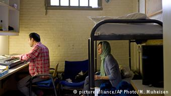 Σε ξεκάθαρες περιπτώσεις, για παράδειγμα για πρόσφυγες από τη Συρία, οι διαδικασίες είναι όντως ταχείες - σε άλλες καθυστερούν