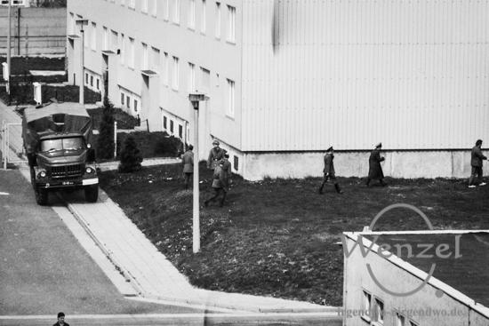 Rotarmisten sichern den Abtransport von Material / Magdeburg Kroatenweg