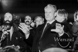 Willy Brand auf dem Domplatz Magdeburg ( links Markus Meckel, Mitbegründer der SDP ) - 19. Dezember 1989