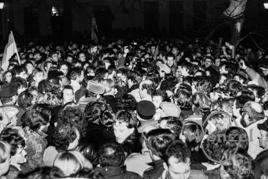 Bad in der Menge - Herausforderung für Sicherheitsleute und  Volkspolizei - Willy Brand auf dem Domplatz Magdeburg  - 19. Dezember 1989