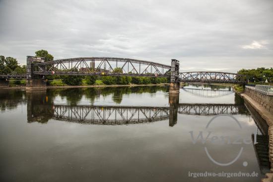 Spiegelungen der Hubbrücke (vorn) und der Sternbrücke