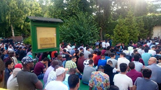 Gebet zum Fastenbrechen - da nicht genug Platz ist, sitzen die Muslime bis auf die Straße