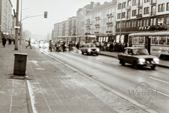 Straßenszene –  Karl-Marx-Straße /  Höhe Goldschmiedebrücke
