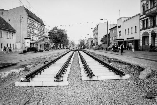 Nach umfangreichen Tiefbauarbeiten: die ersten Gleise zwischen Südring und Ambrosiusplatz liegen nun (Mai 1989).