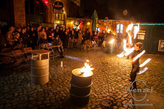 """""""Malabarista"""" –  Feuerjonglage im Hof der Feuerwache Magdeburg"""