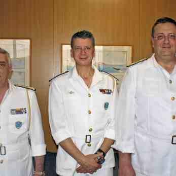 (Α-Δ): Ο Β' υπαρχηγός Λ.Σ. – Ελληνικής Ακτοφυλακής αντιναύαρχος κ. Αθανάσιος Ντούνης, ο Α' υπαρχηγός Λ.Σ. – Ελληνικής Ακτοφυλακής αντιναύαρχος κ. Θεόδωρος Κλιάρης και ο διευθυντής της Διεύθυνσης Εκπαίδευσης Ναυτικών του ΥΝΑΝΠ, αρχιπλοίαρχος Λ.Σ. Στυλιανός Μπέλλας