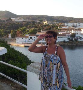 alle spalle di Lucia Cala d'Oliva