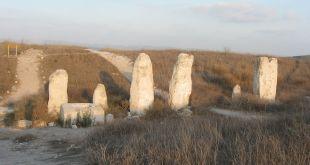 הבמה הגזרית. האבנים נמצאו הפוכות, וחלקן קבורות, בחפירות מקאליסטר. גובה חלקן עולה על 3 מטרים. Photo: Ori~