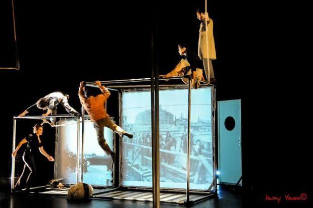 """Сцена из циркового спектакля Орит Нево """"Где-то там и нигде"""". Фото: Jacky Valero"""