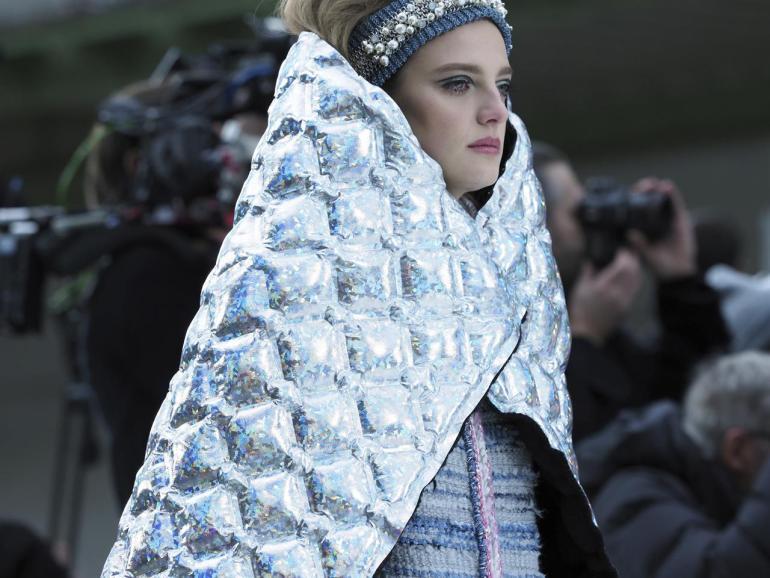 Per il Paris Fashion Week 2017 Karl Lagerfeld ha ridisegnato i capi più celebri della maison in chiave futurista anni '60. Nella foto, le nuove mantelle matelassé