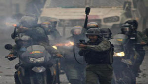 Bolivarian National Guards fire rubber bullets as they advance on anti-government demonstrators in Caracas, Venezuela, Friday, July 28, 2017, two days before the vote to begin the rewriting of Venezuela's constitution. Protesters say the election of a constitutional assembly will allow President Nicolas Maduro to eliminate democratic checks and balances and install an authoritarian single-party system. (ANSA/AP Photo/Ariana Cubillos) [CopyrightNotice: Copyright 2017 The Associated Press. All rights reserved.]