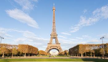 Parigi, la Tour Eiffel sotto vetro
