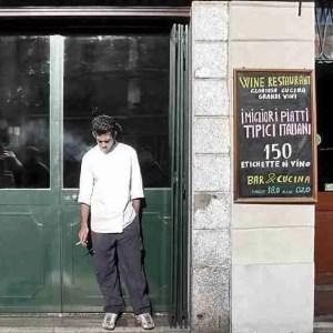 Smoke break, Milan (Flickr/vanz