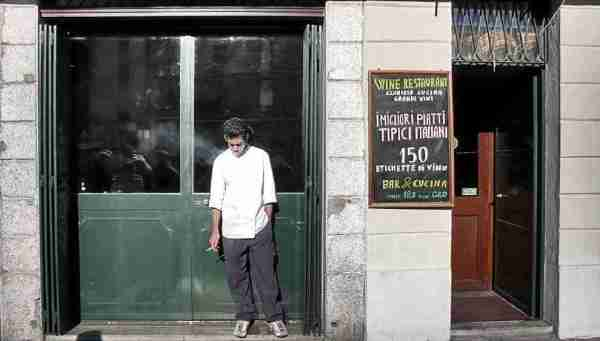 Smoke break, Milan (Flickr/vanz