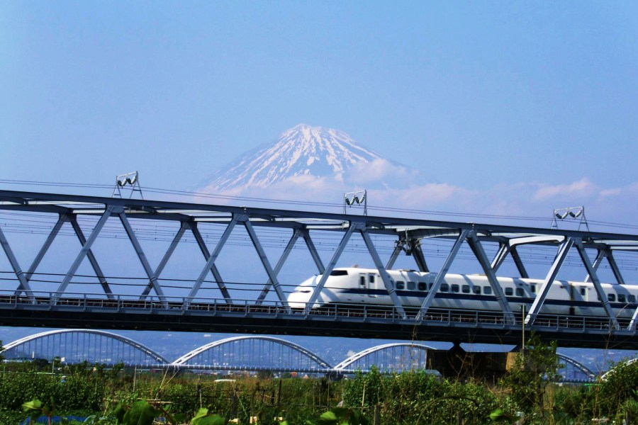 TRAIN Mt FUJI  -CREDIT PHOTO Japan National Tourism Office