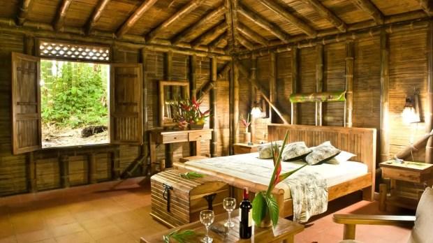 """Habitación de la cabaña, construida en guadua, con todos los muebles fabricados en guadua colombiana. Está ubicada en Alcalá, Valle, en un vértice del """"Triángulo del Café"""", en la Finca Hotel Bosque del Samán."""