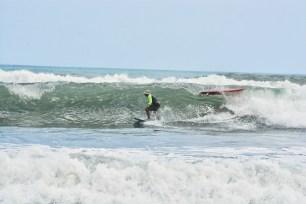 Surfing_Bethells_Beach-New_Zealand_DSC_2587_Small
