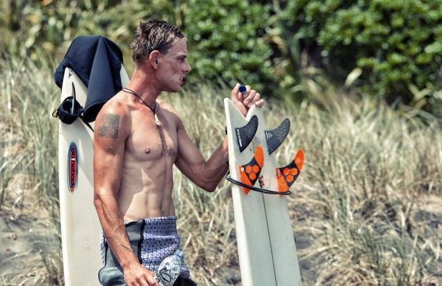 Surfing_Bethells_Beach-New_Zealand_DSC_2630_Small