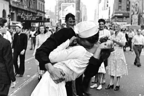 vj-day-kiss_wide-55edd080c8f4059deadf77093d9714d104cb91f0-s6-c30