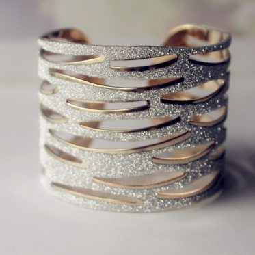 New-Kpop-Gold-Plated-Bangles-Jewelry-Women-Gold-Metal-Bracelets-Unique-Design-Hollow-Out-Bangle-Bracelet