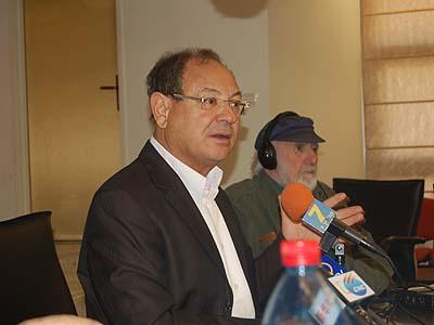 Ashkelon Mayor Benny Vaknin speaking to foreign correspondents Wednesday.