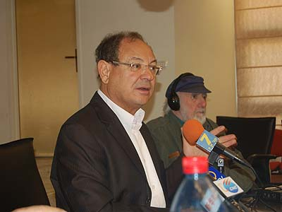 Ashkelon Mayor Benny Vaknin speaking to foreign correspondents Wednesday.