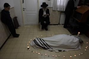 Rabbi Pinchas Scheinberg prior to burial
