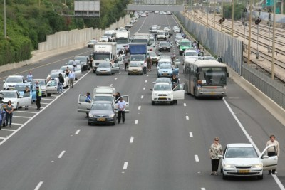 Cars stopped on the highway for Holocaust Remembrance Day Yehoshua Yosef Flash90