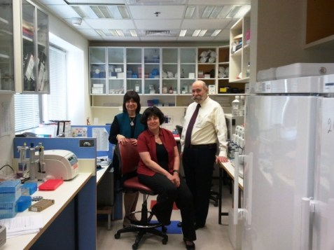 Rabbi (r.) and Mrs. (l.) David Fuld with Professor Ephrat Levy Lahad (c.) in Shaarei Tzedek&#039;s PGD laboratory