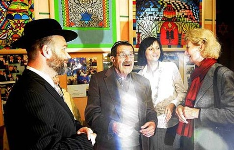 Günter Grass visited the Gdansk Jewish community in 2007. First on the left is Michal Samet.
