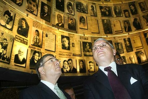 Poland&#039;s President Lech Kaczynski (R) in the Yad Vashem Holocaust memorial.
