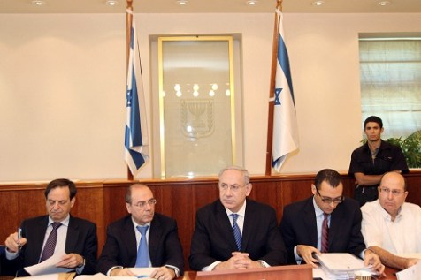 PM Netanyahu at a Cabinet meeting. Moshe Yaalon, far right, presented the &#039;Incitement Index&#039; to the Cabinet.