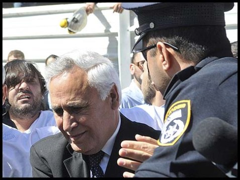 Ex-Israeli president Moshe Katsav on his way to serve 7 years in jail, March 22, 2011