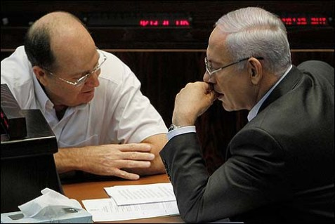 Prime Minister Netanyahu (R) with Vice Prime Minister Moshe (Boogie) Ya'alon during a Knesset session.